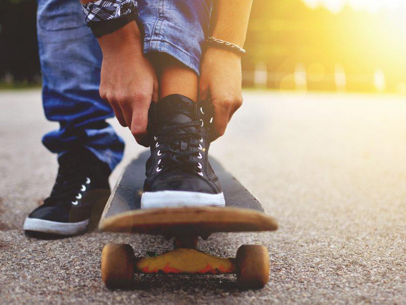 Enfant posant le pied sur son skateboard en colo