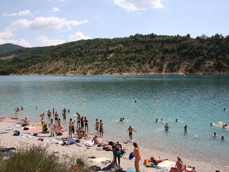 Groupe d'ados au bord de l'eau au lac Sainte croix en colonie de vacances d'été