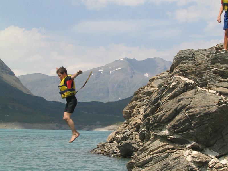 Enfant sautant à l'eau en colonie de vacances d'été