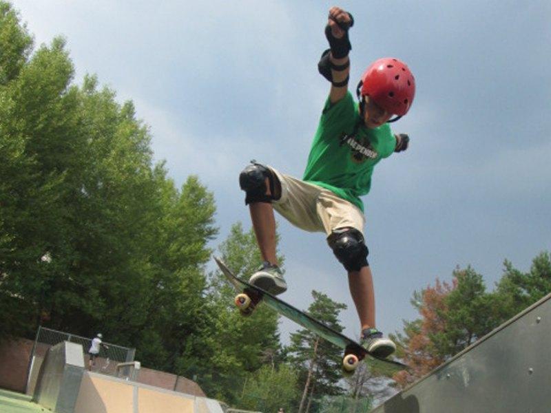 pré adolescent faisant du skateboard en colonie de vacances d'été