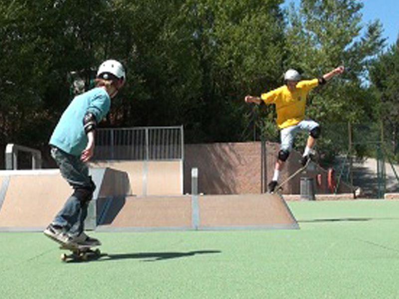 Adolescents faisant du skate et de la trottinette en colonie de vacances d'été