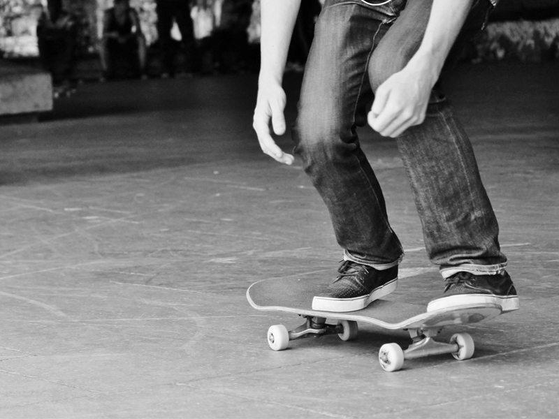 Ado faisant du skateboard en colonie de vacances