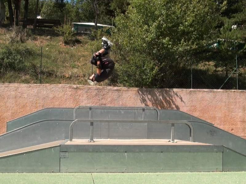 Enfant faisant des sauts à roller en colonie de vacances d'été