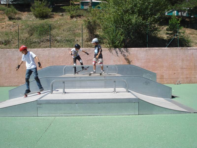 Enfants faisant du skate au skatepark de colonie de vacances