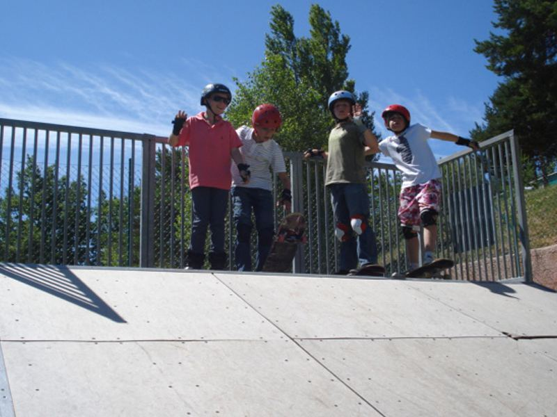 Enfants apprenant à faire du skateboard en colonie de vacances