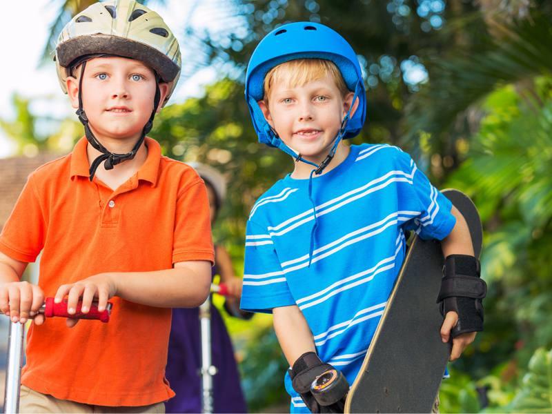 Portrait de deux enfants avec leur skate et leur trottinette en colonie de vacances d'été