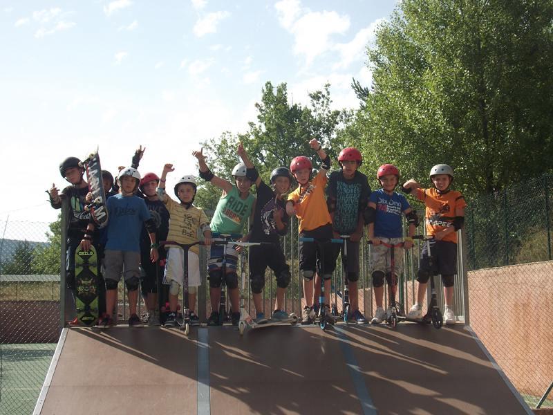 Groupe d'enfants avec leur trottinette et leur skateboard en colonie de vacances skate
