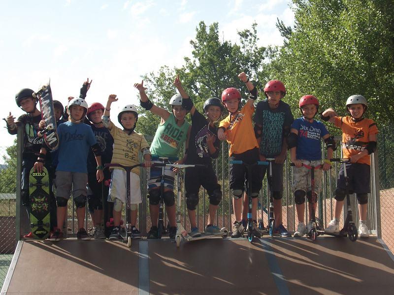 groupe d'enfants apprenant à faire du skatebaord et des roller en colo