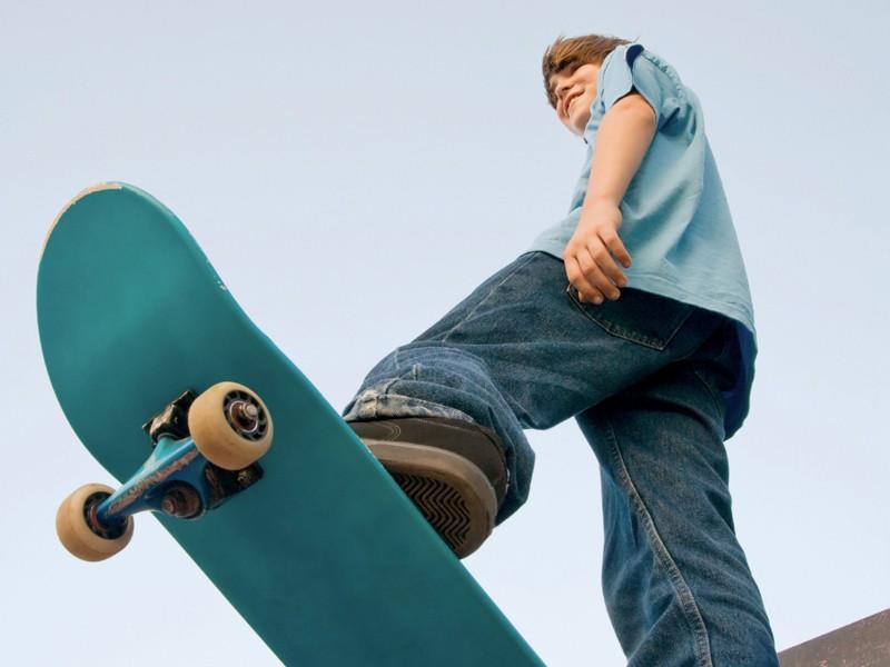 Enfant pratiquant le skateboard à haut niveau en colonie de vacances