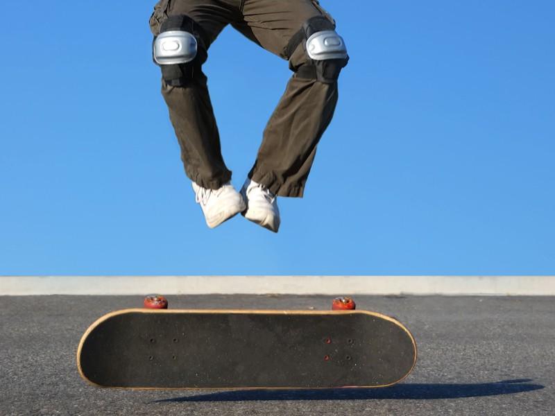 Enfant sautant à skateboard en colonie de vacances d'été