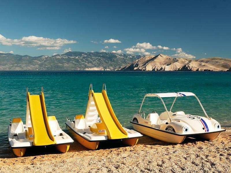 Pédalos sur la plage pour la colonie de vacances nautiques multiactivités Djuringa Juniors