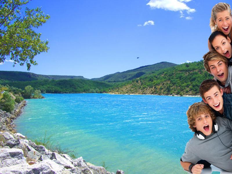 Groupe d'ados en colonie de vacances devant le lac de Sainte Croix à Bauduen