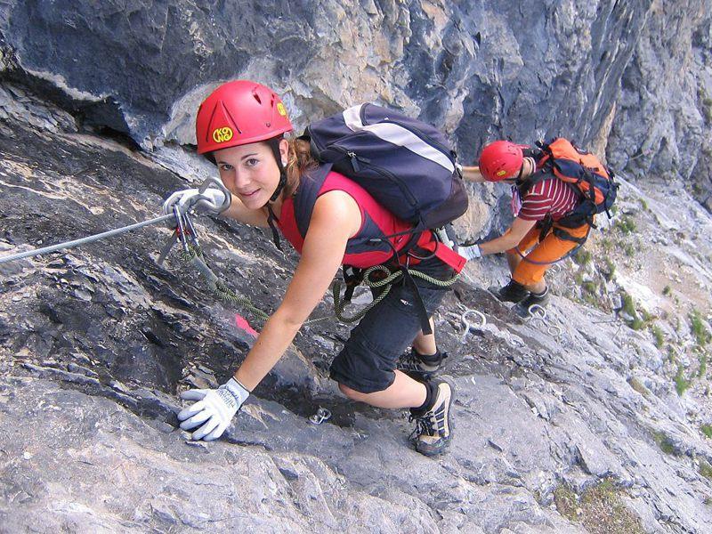 Jeune fille faisant de l'escalade en colonie de vacances