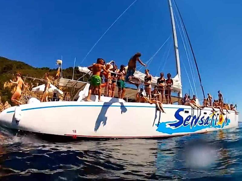 Adolescents sur un bateau en colo d'été multiactivités nautiques