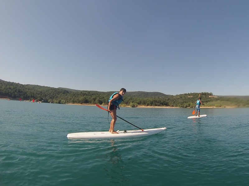 Ados pratiquant le stand up paddle en colonie de vacances