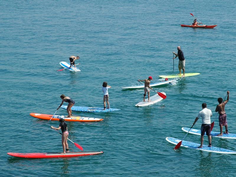 Groupe d'ado faisant du stand up paddle en colonie de vacances