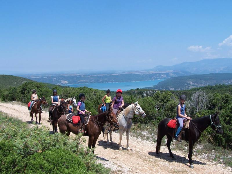 Adolescents et leur cheval à la campagne en colonie de vacances été