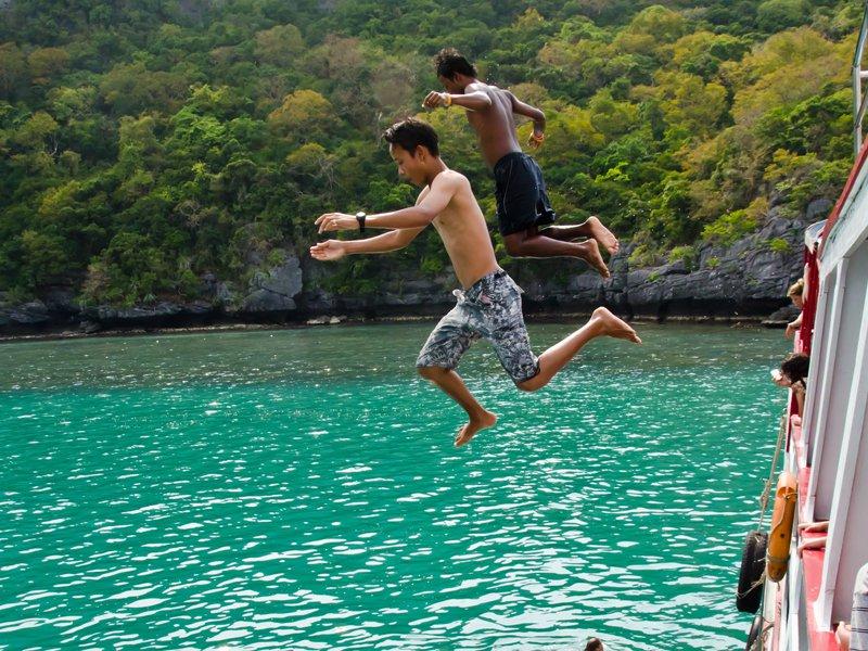 Deux ados sautant dans l'eau en colonie de vacances