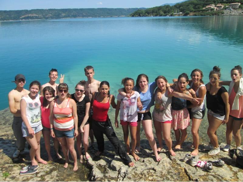 Groupe d'enfants devant le lac Sainte croix en colonie de vacances d'été multiactivités