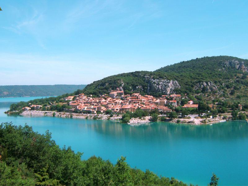 Vue sur le lac de Sainte croix en colonie de vacances d'été multiactivités