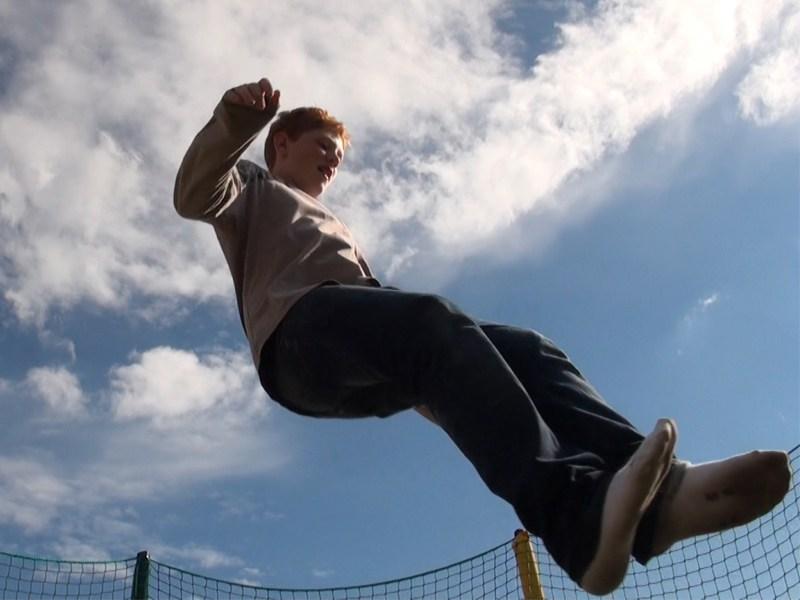 Ados en plein saut en colonie de vacances trampoline été