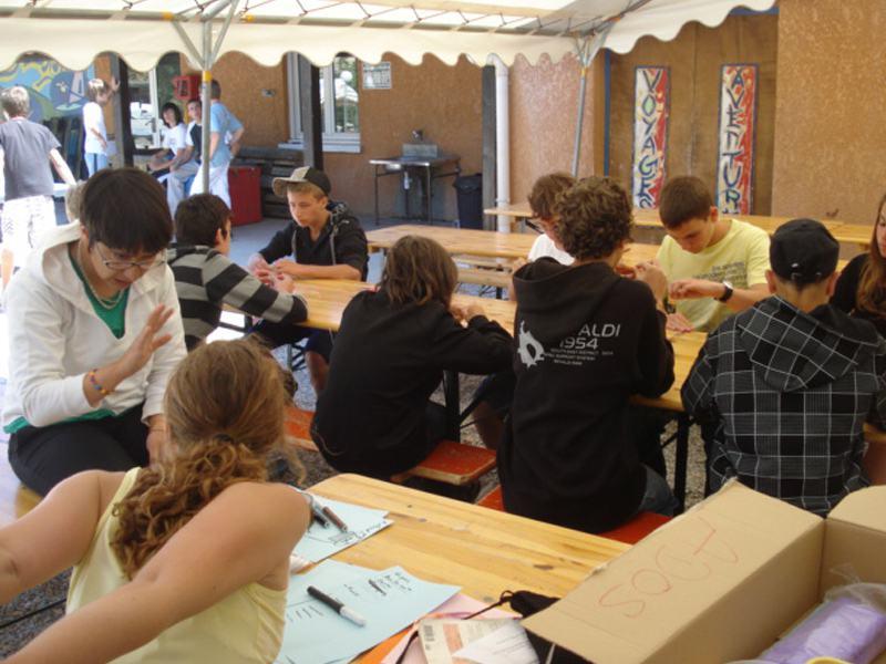 Enfants en colo faisant des activités manuelles l'été