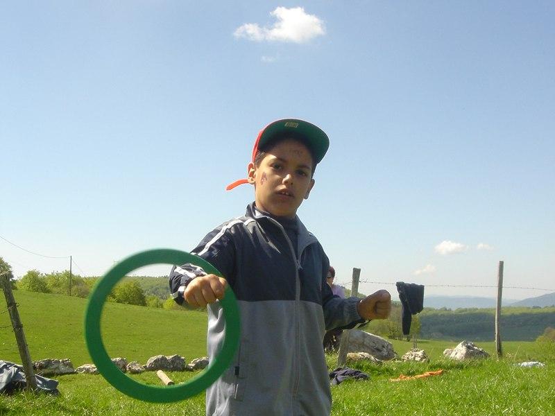 Enfant pratiquant les arts du cirque en extérieur en colonie de vacances d'été