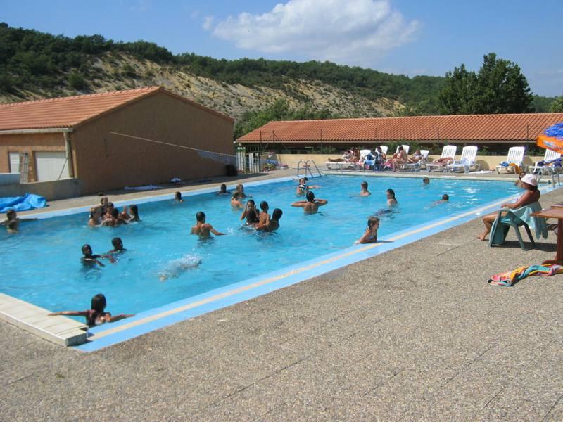 Groupe d'enfants se baignant dans la piscine en colonie de vacances multi activités cet été