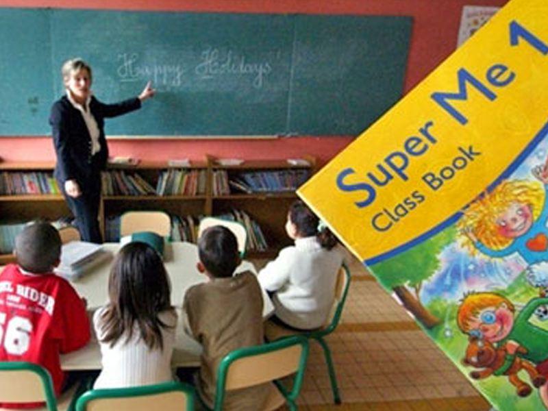Enfants en classe d'anglais en colonie de vacances multiactivités cet été