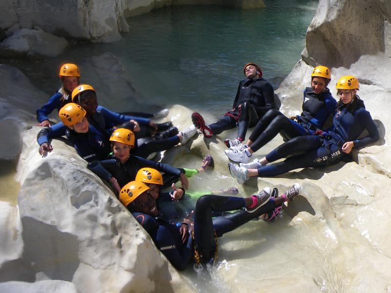 Enfants sur la roche en canyoning en colonie de vacances d'été aventure dans le verdon