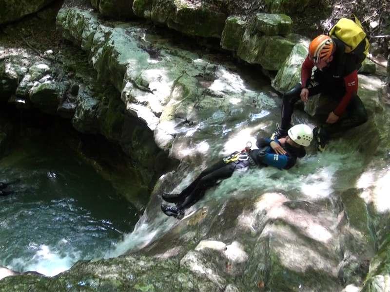 Enfant et son animateur de colonie de vacances faisant du canyoning en colonie de vacances multiactivités dans le verdon été