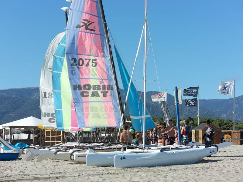 Catamarans sur une plage pour la colonie de vacances pour enfants et ados dans le verdon multiactivités d'été