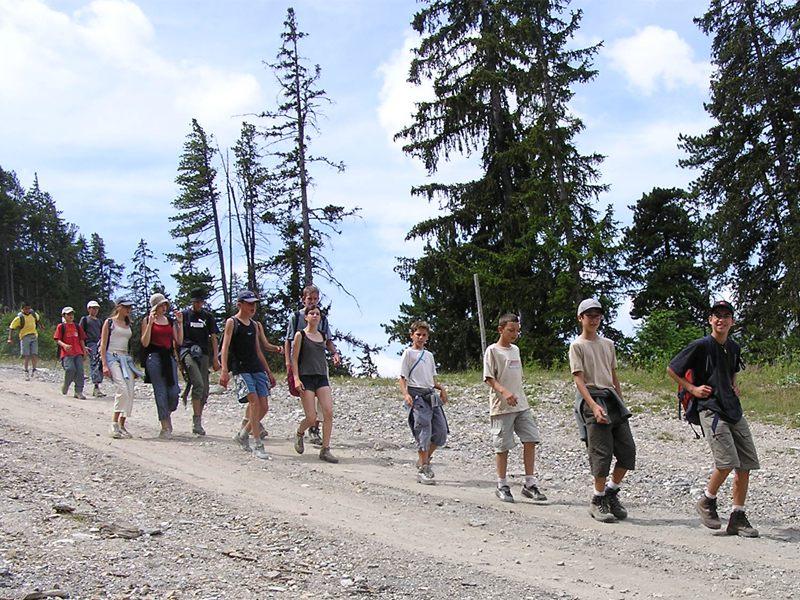 Groupe d'ados en randonnée en colonie de vacances d'été