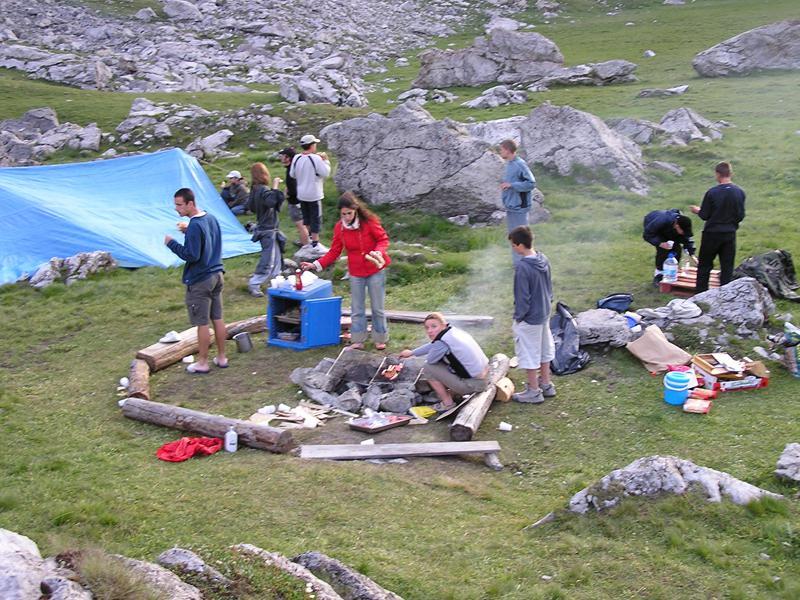 Groupe d'ados faisant un barbecue en colonie de vacances d'été