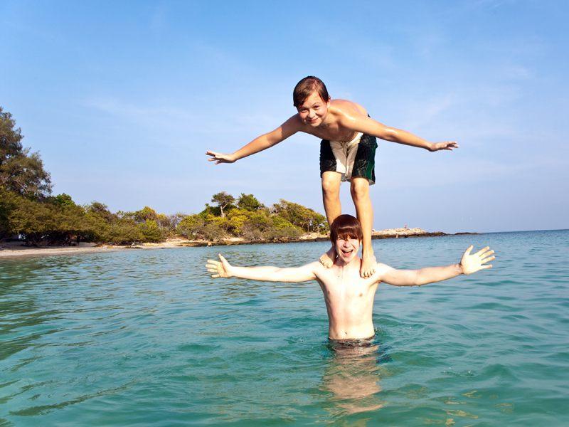 Deux enfants s'amusant dans l'eau en colonie de vacances à Bauduen dans le verdon cet été