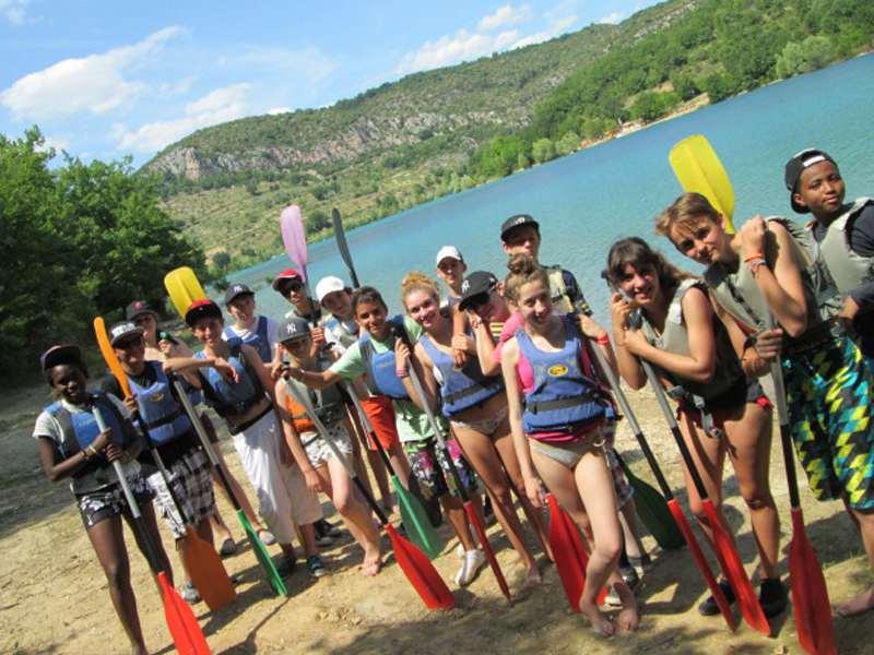 Groupe d'enfants en colo s'appretant à faire du canoe kayak