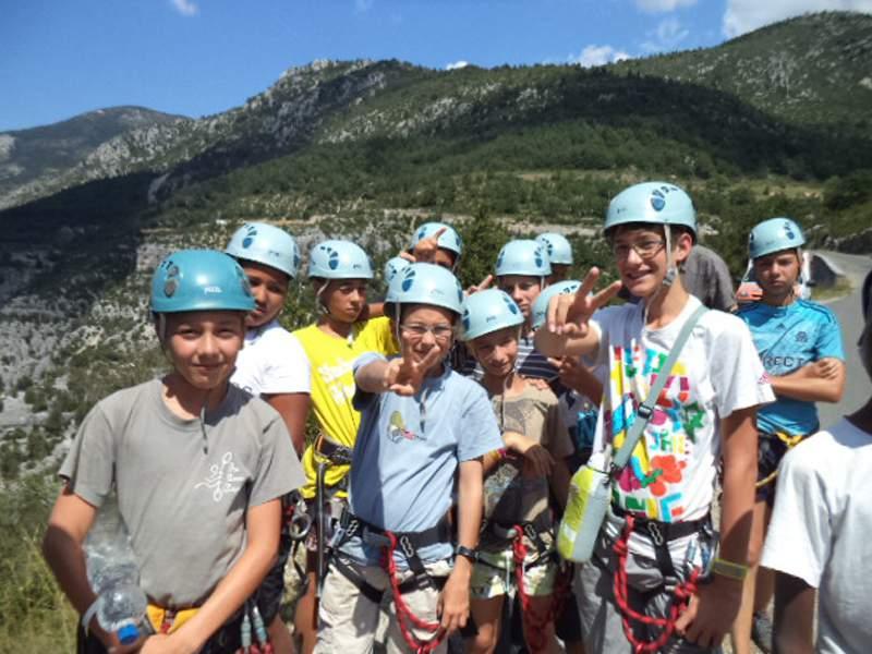 Groupe d'enfants portant un casque en colonie de vacances mutliactivités dans le verdon en été