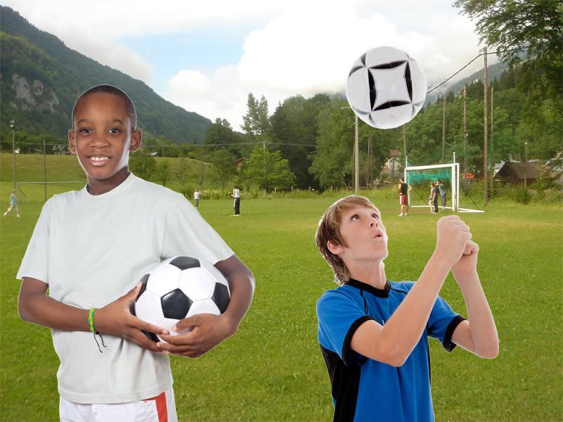 Deux jeunes devant un terrain de football