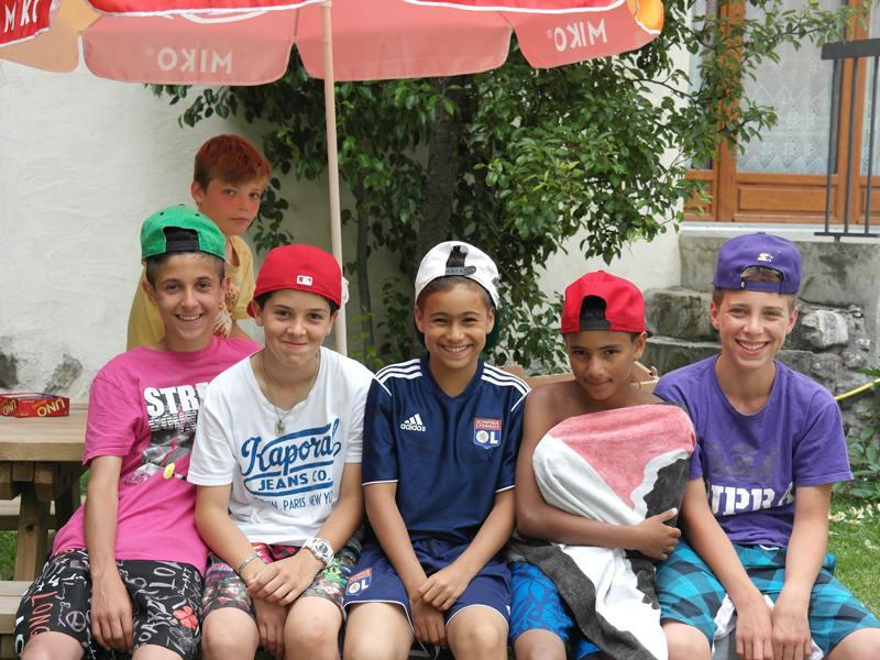 Groupe de jeunes garçons en colonie de vacances souriants