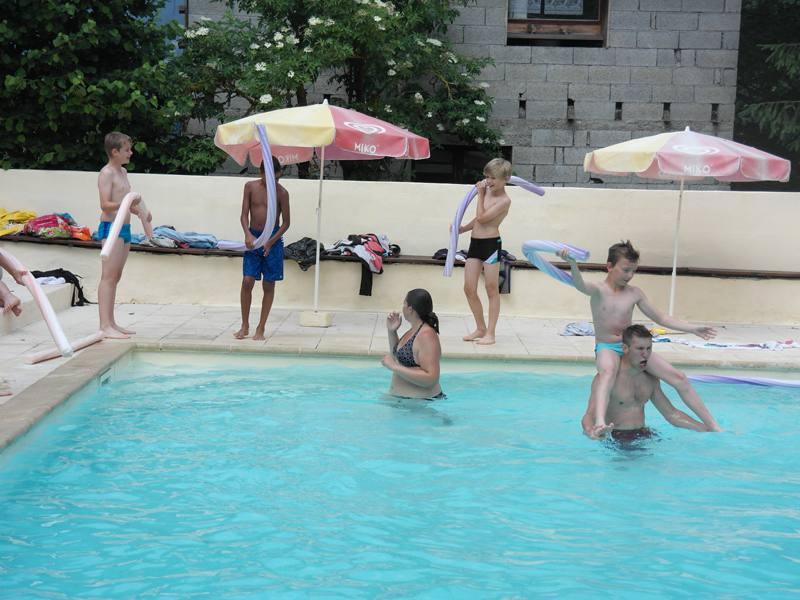 Jeunes en train de se baigner dans une piscine