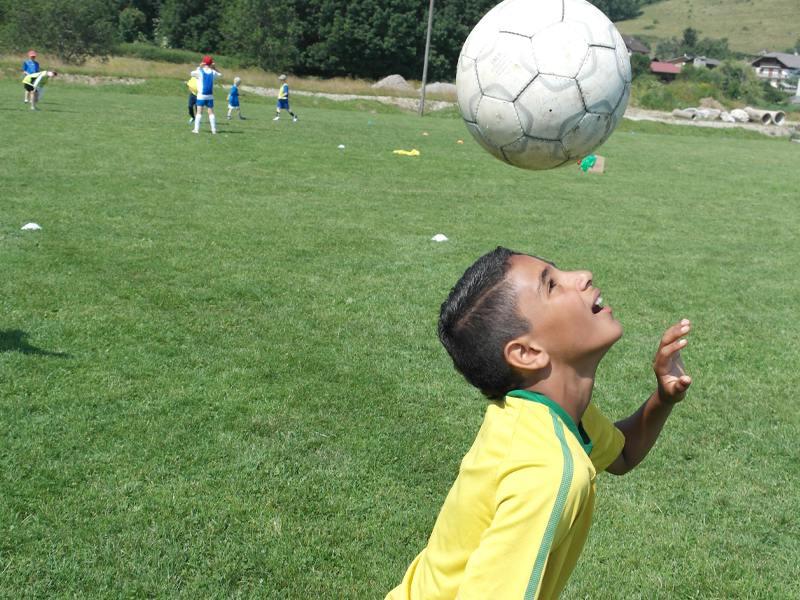 Jeune garçon pratiquant le jeu de tête au football