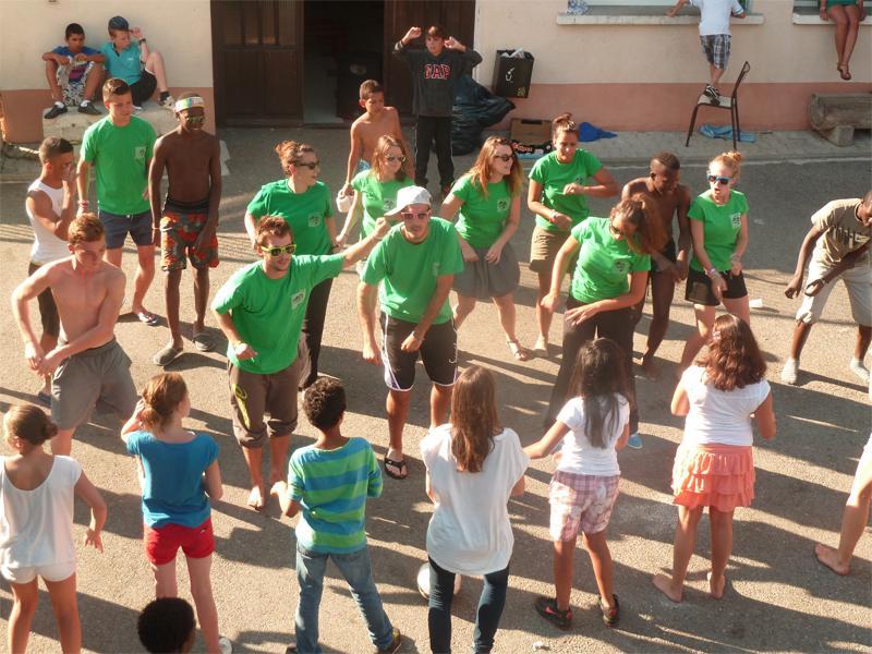 Groupe d'enfants en train de danser dehors