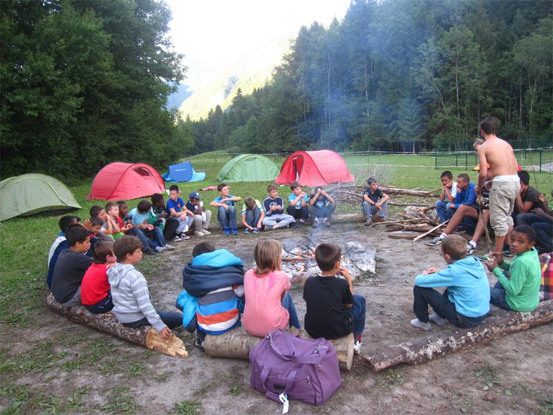 Jeunes autour d'un feu de camp