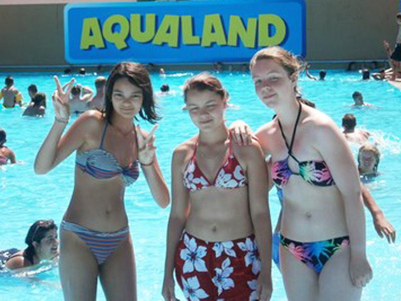 Trois adolescentes en colonie de vacances à Aqualand