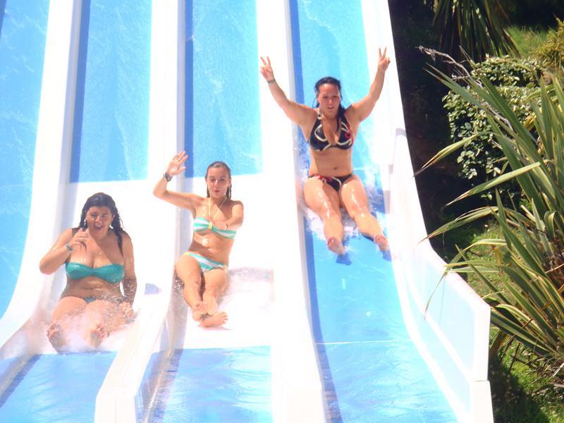 Adolescentes glissant sur un toboggan à eau en colonie de vacances à Aqualand