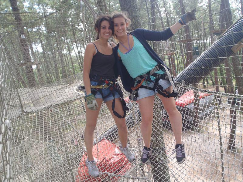 Jeune filles en parcours aventure en colonie de vacances d'été