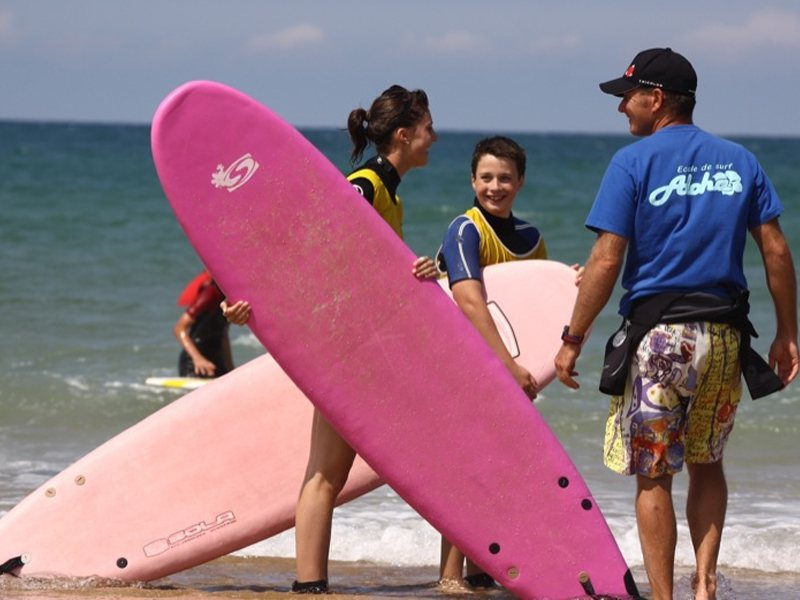 Adolescents apprenant à faire du surf en colo océan