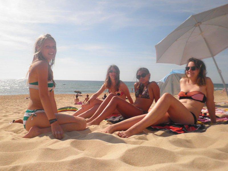 Adolescentes sur la plage en colo océan
