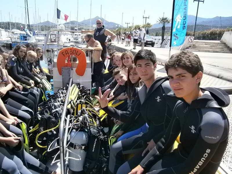 Adolescents en tenue de plongée sous marine en colonie de vacances à l'ocean
