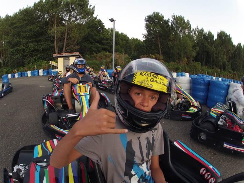 Adolescent faisant du karting en colonie de vacances d'été